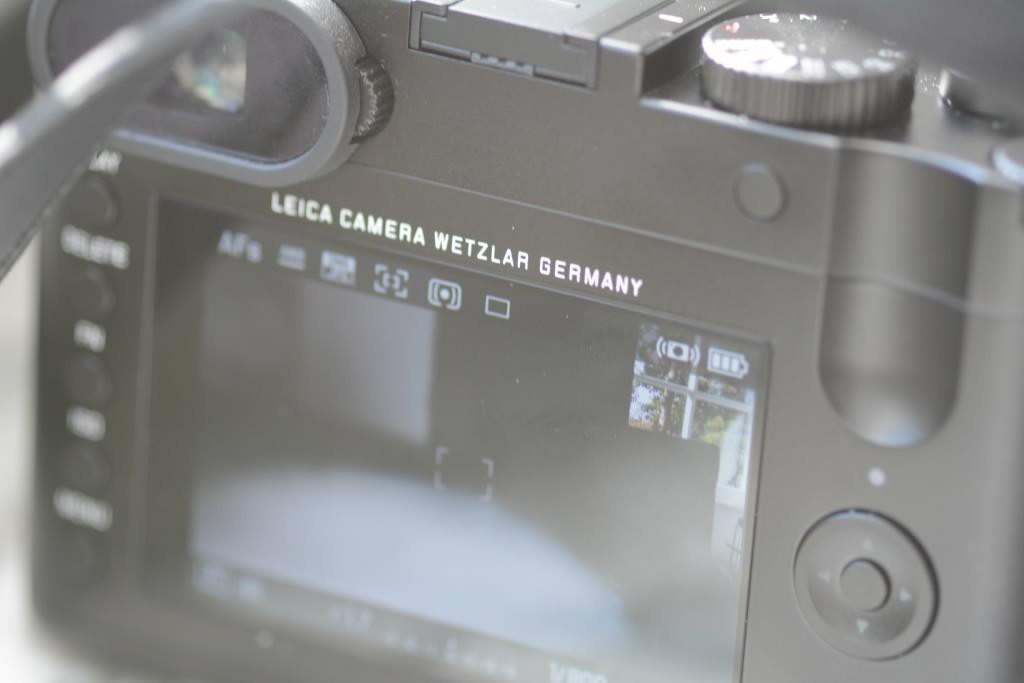 Rückseite mit Monitor der Leica Q