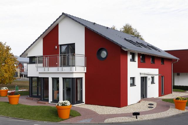Ein Fertighaus in einer Musterhaussiedlung (Foto: OKAL Haus GmbH, Creative Commons via Flickr)