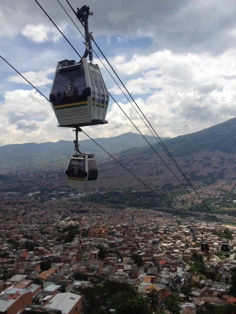 Ein Gondelbahn in der Großstadt Medellin