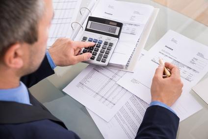 Rechnungen immer nachprüfen und Lohn- und Materialkosten trennen (Fotolia/Andrey Popov)